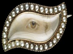 Gold navette-shaped brooch surrounded by split pearls