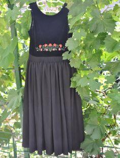 Rochie vintage autentic, cu corset de catifea neagra si broderie