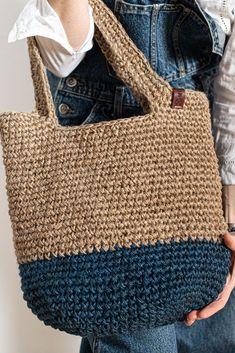 Crochet Handbags, Crochet Purses, Crochet Tote Bags, Diy Crochet And Knitting, Love Crochet, Woven Beach Bags, Scrappy Quilt Patterns, Crochet Market Bag, Net Bag