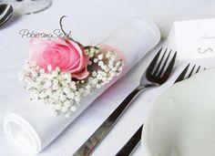 dekoracja ślubna serwetki, różowa róża, gipsówka, stół weselny, dekoracje ślubne