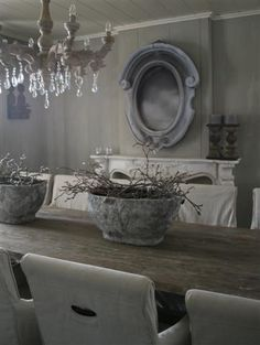 Stoere bloempotten op de eettafel