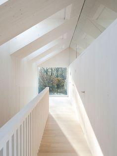 Gewoon mooi. Manier waarop ramen in dak zitten, ramen boven deuren, vierkant raam, balustrade