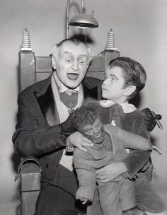 Grandpa, Eddie and Woof Woof Munster The Munsters, Munsters Tv Show, Munsters Grandpa, Munsters House, Old Tv Shows, Movies And Tv Shows, Vintage Witch Photos, Munster Family, Yvonne De Carlo
