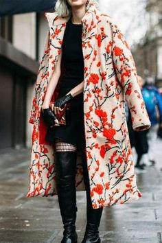 Prints In Street Style Gorgeous coat! - Memorable street style looks from London Men's Fashion Week Grunge Outfits, Fashion Outfits, Womens Fashion, Fashion Coat, Style Fashion, Cheap Fashion, Retro Fashion, Fall Outfits, Mantel Styling
