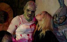 """No clima de Dia das Bruxas, Demi Lovato visitou o """"Halloween Horror Nights"""", atração do parque da Universal Studios e parece que se divertiu bastante!   A diva aparece ao lado desse monstro estranho com coroa de rainha, top de cetim e um tanto de sangue falso para dar um toque de terror no figurino.  =O   Demi Lovato se diverte em parque temático! - Cliques - CAPRICHO"""