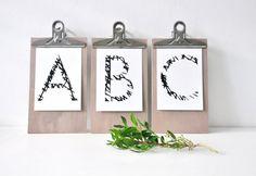 ABC Postkartenset mit 3 Postkarten bestehend aus jeweils 1 Postkarte mit dem Buchstaben A, B und C in schwarz weiß - Illustration.  Passend zur Motiv ABC Netz Alphabet als Postkarte und Poster (auch hier im Shop).  Format 105 mm x 148 mm. Gedruckt auf 350 g/qm Premium Papier aus nachhaltiger Quelle, frei von Elementarchlor (ECF).  Vorderseiten mit mattem Finish, Rückseiten beschriftbar. Motiv Rückseiten siehe letzes Bild (kleines miss-red-fox-Logo und Credits).  Die Motive basieren auf…