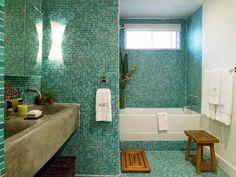 mosaïque salle de bain en nuances vertes et lavabo super en pierre naturelle