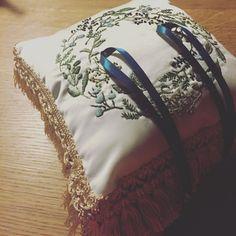 いいね!17件、コメント5件 ― cchiさん(@chicchi1010)のInstagramアカウント: 「招待状の返信が、友人たちから全然こない… そんな中、中途半端に投げ捨ててあったリングピロー完成… #リングピローハンドメイド #リングピロー完成品 #日本中のプレ花嫁さんと繋がりたい…」