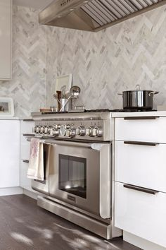 9 Authentic Tips: Beadboard Backsplash Kitchen curved marble backsplash.Diagonal Herringbone Backsplash herringbone backsplash style at home. Kitchen Interior, New Kitchen, Kitchen Decor, Kitchen Modern, Design Kitchen, Modern Kitchens, Kitchen Dining, Dining Room, Backsplash Herringbone