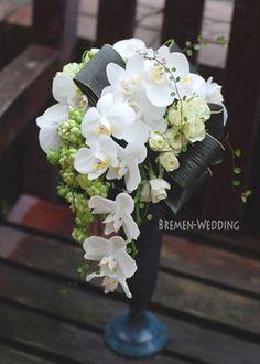 胡蝶蘭のブーケ|和装 生花ブーケ|ブレーメンウェディング Cascading Wedding Bouquets, Cascade Bouquet, Bride Bouquets, Wedding Flowers, Ikebana Flower Arrangement, Orchid Arrangements, Sunflower Bouquets, Floral Bouquets, Hand Bouquet