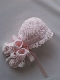 Lacy star-crowned bonnet and matching bootees ~~ Mis puntadas: Capotas