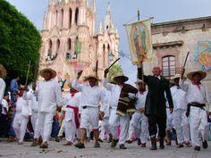HOTEL CASA DE AVES, te comenta: Dicen que a San Miguel de Allende el calendario se le queda corto para encajar las innumerables fiestas que se reparten a lo largo del año. Carnavales, festivales, Pascua, y el santoral completo se festeja como si la de hoy fuese la última vez.