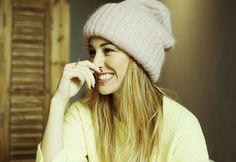 Gorro de lana rosa pastel de Tak Ori, bolso nude de Givenchy, falda de Stella McCartney. Stella Mccartney, Smile Pictures, Spanish Actress, Instagram Photo Editing, Best Mobile Phone, Grunge Hair, Famous Women, Beautiful Smile, Poses