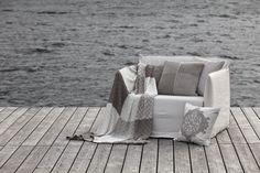 Mit ein paar Decke von FINE wird ein Abend am See gleich viel gemütlicher.  Fotocredits: FINE Outdoor Sofa, Outdoor Furniture, Outdoor Decor, Welcome Home, Home Decor, Things To Do, Home Decor Accessories, Textiles, Homes