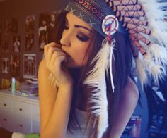 Image about girl in fotos by Rizzi on We Heart It Cherokees, Indian Hat, Red Indian, Indian Style, Native American Headdress, Pin Up, War Bonnet, Hippy Chic, Indie Scene