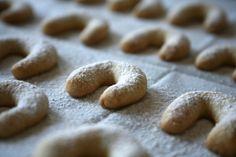 אני מניחה שרובכם לא מכירים את המילה מסלנקי, לרוב קוראים להן סהרוני חמאה. מסלנקי זה השם הבולגרי לעוגיות האלו שסבתא בלה שלי היתה מכינה. במטבח הקטן שלה, בדירה הקטנה ברמת…