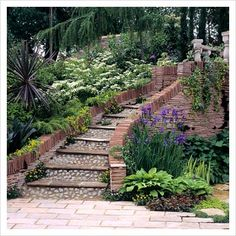 define a walkway with wood and stones Sloped Backyard, Sloped Garden, Outside Stairs, Brick Path, Garden Stairs, Patio Ideas, Outdoor Ideas, Garden Ideas, Gardening Zones
