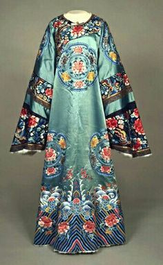 Woman's robe (P'i Pao) from the century, China. Philadelphia Museum of Art Oriental Fashion, Ethnic Fashion, Asian Fashion, Chinese Fashion, Vintage Dresses, Vintage Outfits, Vintage Fashion, Dynasty Clothing, Moda Retro