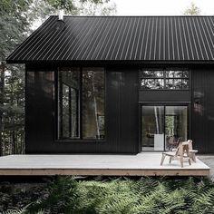 🌟Tante S!fr@ loves this📌🌟black house, modern cabin Black Cladding, Wood Cladding, Black House Exterior, Dark Siding House, Black Barn, Black Metal, House Goals, Exterior Design, Modern Architecture