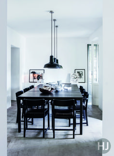 The floor in this dining room is covered with a resistant and raw concrete casting. Home Journal, August 2014