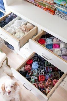 小分け収納用のボックスを使えば、小さなものも綺麗に収納できます。