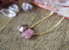 原石のピンクスピネルとグレーパールのネックレスの画像4枚目