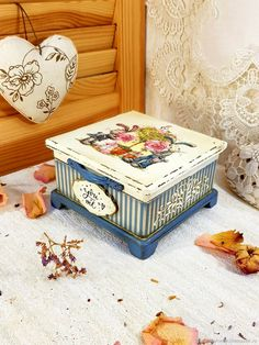 Decoupage Box, Decoupage Vintage, Eid Boxes, Painted Chest, Sewing Box, Tissue Boxes, Keepsake Boxes, Vintage Wood, Trinket Boxes