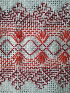 Toalha de rosto vagonite vermelho 02 Cat Cross Stitches, Cross Stitching, Cross Stitch Embroidery, Cross Stitch Patterns, Machine Embroidery, Broderie Bargello, Bargello Needlepoint, Hand Embroidery Design Patterns, Swedish Weaving Patterns