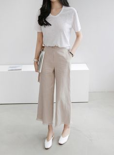 Minimal Fashion Style Tips. Minimal fashion Outfits for Women and Simple Fashion Style Inspiration. Minimalist style is probably basics when comes to style. Minimal Outfit, Minimal Fashion, Work Fashion, Hijab Fashion, Fashion Outfits, Fall Fashion, Classic Fashion, Fashion Clothes, Style Fashion