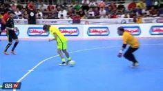 Były gwiazdor FC Barcelony i reprezentacji Hiszpanii pokazał fajną sztuczkę • Carles Puyol strzelił takiego gola w meczu pokazowym >> #puyol #football #soccer #sports #pilkanozna
