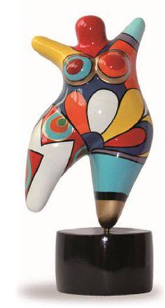 Superbe statuette dans le style des Nanas Niki de Saint Phalle, qui comblera les collectionneurs et étonnera par son originalité. Cette pièce est peinte à la main, et apportera à votre intérieur un brin de folie ! Hauteur: 17 cm avec le socle Matière : résine Envoi rapide et soigné