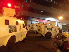 """28 de mar. de 2014 / """"6 Tanquetas asedian a los estudiantes en Chacao a está hora 9PM #Caracas #28M"""""""