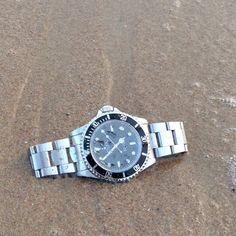 Rolex submariner montre de luxe d'occasion cresus http://lovetime.fr/2013/11/02/shooting-du-vendredi-une-montre-rolex-submariner-a-la-mer/