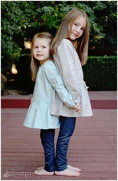 posing ideas for sisters, posing sisters - Motherhood & Child Photos Sister Poses, Sibling Poses, Kid Poses, Siblings, Children Photography Poses, Sister Photography, Maternity Photography Poses, Family Picture Poses, Family Posing
