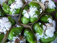 Klepon Petites pâtisseries confectionnées à pâte de farine de riz, fourrées de sucre de palme liquide, à rouler dans de la noix de coco fraîche avant dégustation.