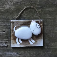 ,,BULTERIER - bílý ,, KAMÍNKOVÝ OBRÁZEK,, Dřevěná cedulka na zavěšení je z tvrdého dřeva,lakovaná a mořená a je doplněná kamínky - oblázky, ručně malovanými.Oblázky tvoří tělíčko a hlavu ,,BULÍČKA,, a zbytek je domalován.Obrázek působí neobvykle a vtipně :) Velikost destičky je: : 10 X 8,4 cm Síla : 6mm Cedulka je lakována a opatřena provázkem,lze ...