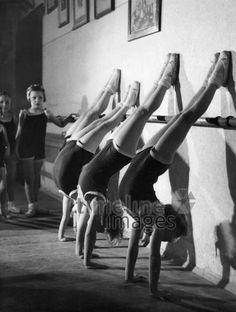 Ballettunterricht für Kinder an der Wiener Staatsoper ullstein bild - Max Ehlert/Timeline Images #1930s #1930er #Vienna #Austria #Österreich #Ballett #Unterricht #Training #Schüler #Ballet #Lesson
