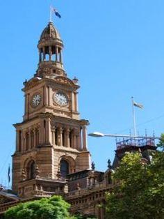 Ayuntamiento de Sídney (Australia) El Ayuntamiento de Sídney es un monumento de arenisca situado en Sídney, Nueva Gales del Sur, Australia. Se sitúa frente al Queen Victoria Building y al lado de la Catedral de San Andrés. Se sitúa por encima de la concurrida Estación Town Hall, entre la zona de cines de George Street