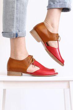Sandalias planas, Peep toe de cuero rojo y camel con recorte geométrico