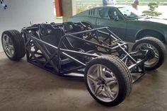 Chassi tubular e motor central-traseiro não deixam sombra dos antigos Puma (Foto: Divulgação)