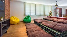 Conexão DécorHome-theather com sofas feitos com pallets.http://conexaodecor.com/2017/05/pallets/