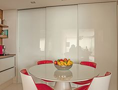 três painéis deslizantes de vidro serigrafado para separar os ambientes