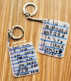 Make these shrink film keepsake keychains with your students using Shrinky-Dink paper! We share how on Simply Kinder. Informations About Shrink Film Keepsake Keychains – Simply Kinder Pin You can … Kids Gifts, Craft Gifts, Shrink Film, Shrinky Dinks, Fathers Day Crafts, Cute Mothers Day Gifts, Mothers Day Ideas, Mother's Day Diy, Love Mom