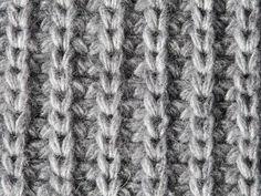 Was genau ist eigentlich das einfache Patentmuster und wie wird es gestrickt? Wir verraten welche Varianten es gibt und zeigen in unserer Anleitung, wie Sie ganz leicht einen warmen Schal im schicken Patent-Look stricken.