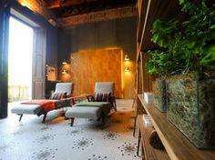 A Sala de Convivência de Andrea Chicharo trabalhou com o espaço original do casarão, mantendo o piso de mosaico e os tijolos e vigas aparentes do teto Foto: Mauro Pimentel  / Terra