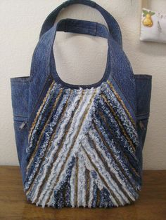 So many creative upcycled denim projects. Love the chenille look on this one. Artisanats Denim, Denim Purse, Jean Crafts, Denim Crafts, Bag Quilt, Denim Handbags, Mk Handbags, Blog Couture, Denim Ideas
