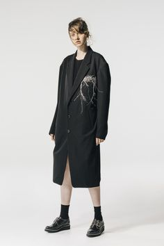 Y¡¯s Spring 2020 Ready-to-Wear Fashion Show - Vogue Dark Fashion, Fashion Wear, Fashion 2020, Fashion Trends, Vogue Paris, Yohji Yamamoto, Fashion Show Collection, Models, Mannequins