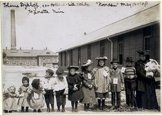 Johanna Dykhoff with her 11 children at the 'Barracks Building' - Ellis Island - May 12, 1908 Belle Epoque, Old Pictures, Old Photos, American History, American Girl, Ellis Island Immigrants, Art Nouveau, History Magazine, Youth Culture