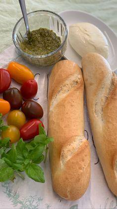 Tomaten und Basilikum sind ein perfektes Sommer-Duo, das in der italienischen Sommerküche allgegenwärtig ist. Aus den beiden Zutaten haben wir wie immer ein schnelles Rezept für knusprige Pizza-Brote umgesetzt! #Pizza #Brot #Rezept #italienischeküche #LaCucinaAngelone #DieAngelones Mozzarella, Pesto, Awesome, Food, Simple, Italian Kitchens, Basil, Breads, Fast Recipes