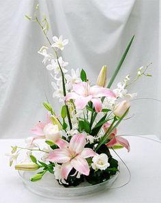 Hermosos Liliums orientales armados con concepto Ikebana